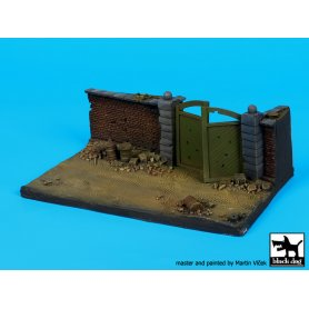 Black Dog Wall with gate base