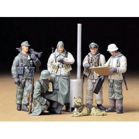 Tamiya 1:35 German soldiers at field briefing | 5 figurines |