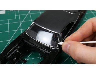 Dodge Charger R/T 1968 część 8: Chromowane listwy okien i montaż szyb